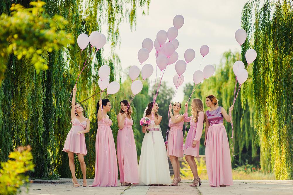 Brautjungfern mit Brautjungfernkleidern Pastell und Luftballons