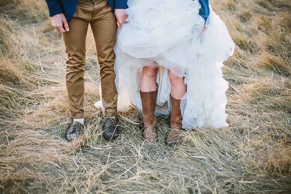 ausgefallene Hochzeitsfotos mit Cowboy Stiefeln