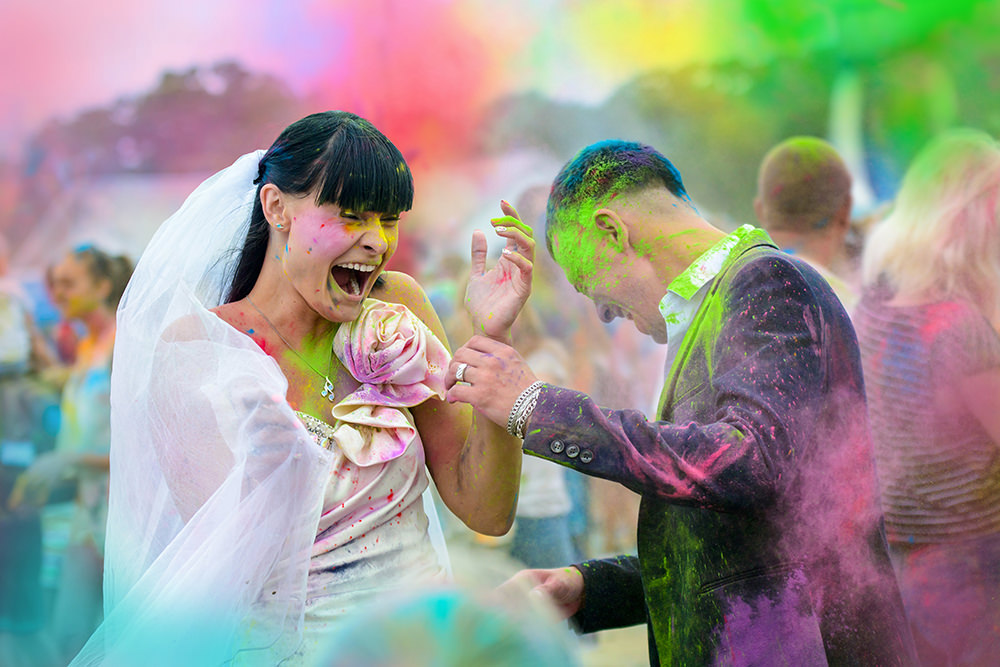ausgefallene Hochzeitsfotos im Holi Farbrausch