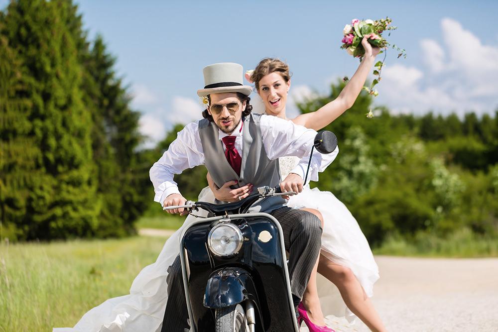 ausgefallene Hochzeitsfotos auf einem Motorroller