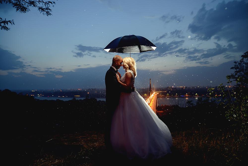 Hochzeitsfotos bei Regen in der Nacht