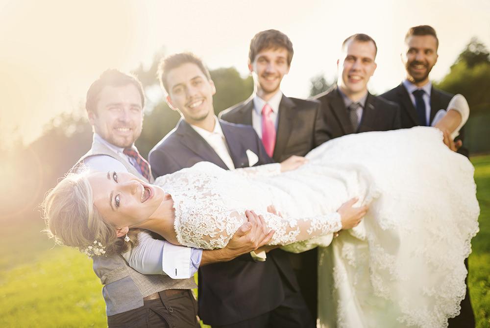Hochzeitsfotos Braut wird auf Händen getragen