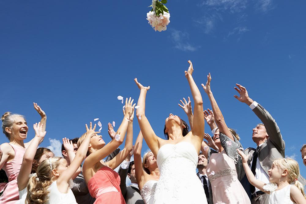Hochzeitsfotos Gruppe Brautstraußwurf