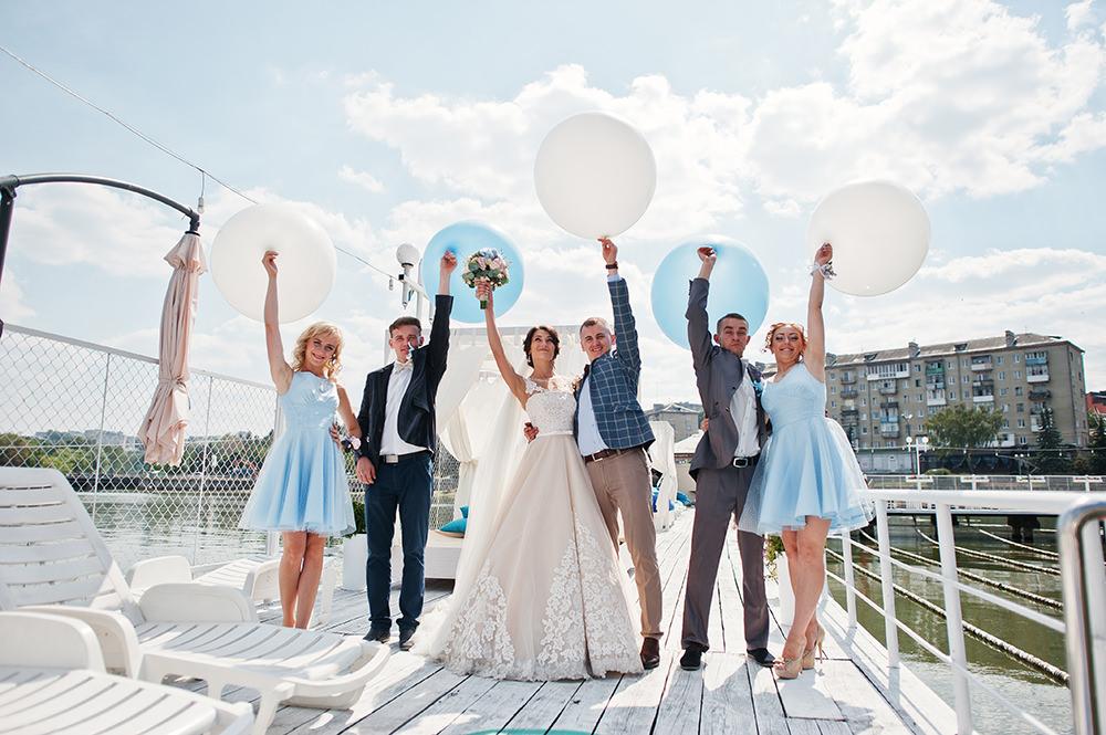 Hochzeitsfotos Gruppe mit Luftballons am Hafen